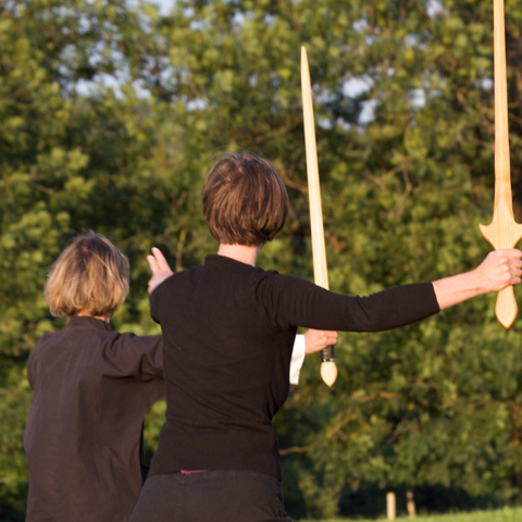 Tai Chi Schülerinnen beim Üben der Schwert-Form - Foto: Ralf Eiser