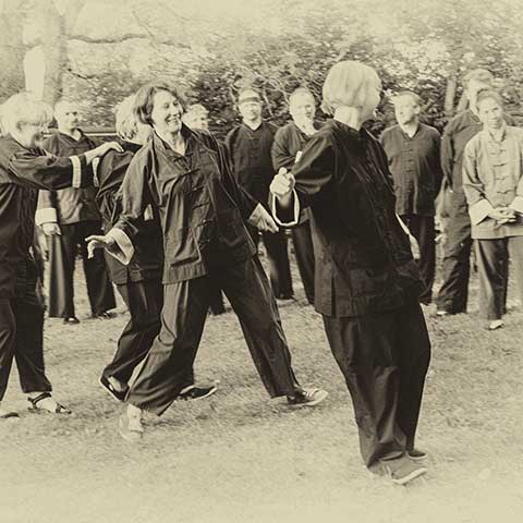 Gruppe beim Tai Chi Üben - Foto: Ralf Eiser