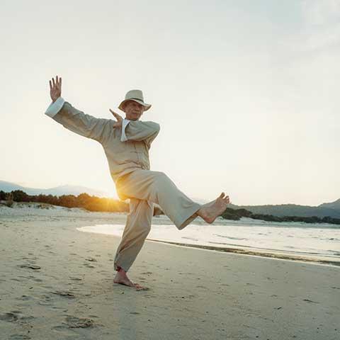 Richard Sämmer bei der Tai Chi Form am Strand - Foto: Robert Fischer