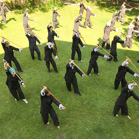 Gruppe bei der Schwertform, Berghof Agatharied; Foto Christine Rühmer